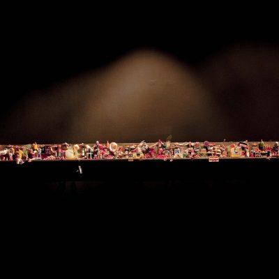 İpek Duben, Children of Paradise #1, 2000, çelik, magnet, plastik bebekler, hoparlör, ezilmiş kağıt mendil, 15.30 x 8.50 x 300 cm.