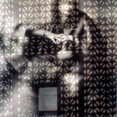 Susan Hefuna, Woman behind Mashrabiya, 1997, Pleksiglasa monte baskı (C-print mounted behind Plexiglas), 160x120 cm.