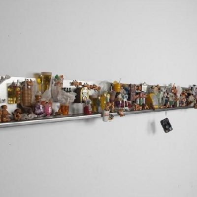 İpek Duben, Children of Paradise #1, 2000, çelik, magnet, plastik bebekler, hoparlör, ezilmiş kağıt mendil, 15.30 x 8.50 x 300 cm. (RAFLI İŞ)