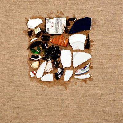 Ahmet Civelek, Untitled (Square Form of Destroyed China and Glass), 2016, Ham keten üzerine çini, cam, plastik üretran, 91,5x61 cm.