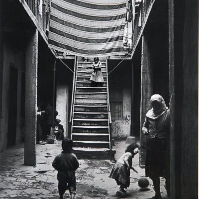 Ara Güler, Tophane'de eski bir tahta evin iç avlusu ve oynayan çocuklar - 1954, 109 x 90 cm.