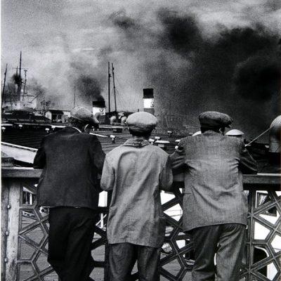 Ara Güler, Eski Galata Köprüsünden vapurları seyreden taşralılar, 1956, 132 x 90 cm.