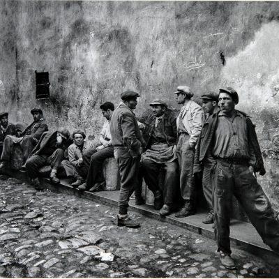 Ara Güler, Porters waiting for work at the yağ iskele, 1954, 90x110 cm.