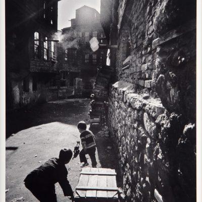 Ara Güler, Zeyrek'te kedi kovalayan çocuklar, 1968, 63 x 44 cm.