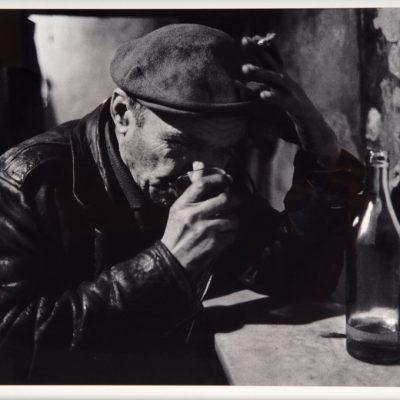 Ara Güler, Tophane''de Koltuk meyhanesinde bir sarhoş, 1959, Fotoğraf, 44 x 63 cm.
