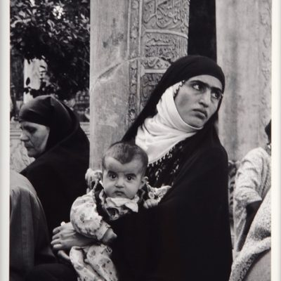 Ara Güler, Eyüp'te çocuğuyla Cuma duasına gelen güneydoğulu bir kadın adak için beklerken, 1957, 63 x 44 cm.