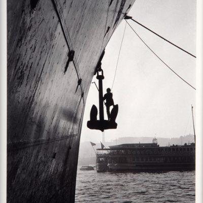 Ara Güler, Rıhtımda gemi boyacısı Karaköy, 1956, Fotoğraf, 63 x 44 cm.