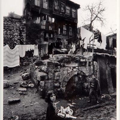 Ara Güler, Süleymaniye'de bir sokak ve ev, 1969, 63 x 44 cm.