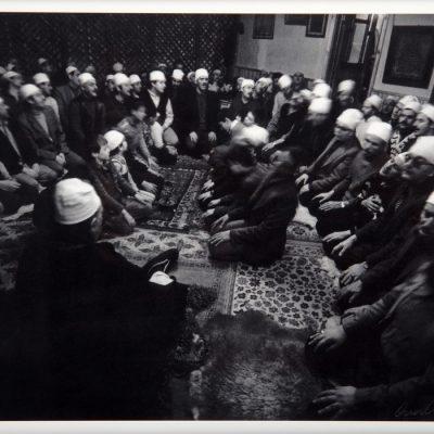 Ara Güler, Karagümrük Cerrahi Tekkesinde ayin yapılırken, Karagümrük, 1972, 44 x 63 cm.