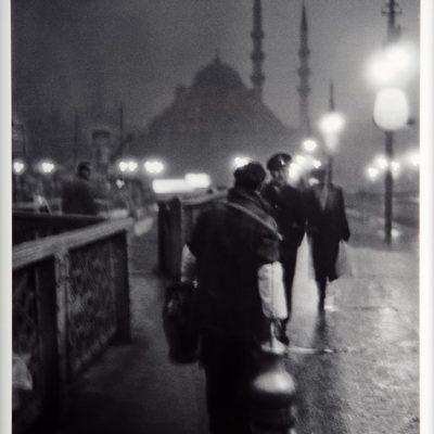 Ara Güler, Eski Galata Köprüsünde, sabah ışıklarında bir salepçi, 1957, Fotoğraf, 63 x 44 cm.