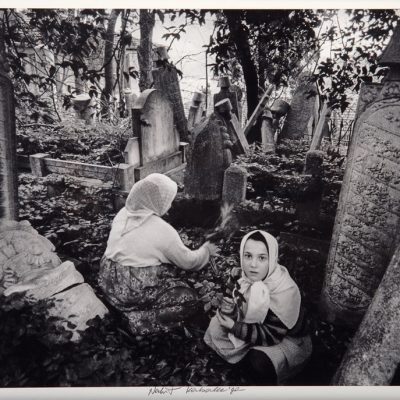 Ara Güler, Ortaköy'deki Şeyhülislam Yahya Efendi mezarlığında mezar taşları arasında ot toplayan ana kız, 1985, 44 x 63 cm.