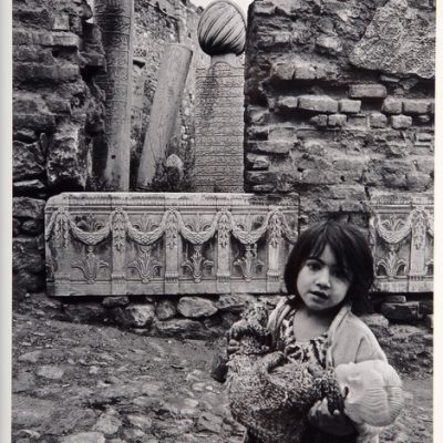 Ara Güler, Ottoman cemeteries in Zeyrek, a young child and her doll, 1957, 63x44 cm.