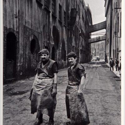 Ara Güler, Kazlıçeşme'de deri işçileri, 1990, 63 x 44 cm.