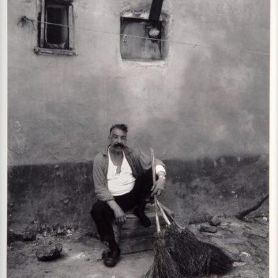 Ara Güler, Ayvansaray Çingene mahallesinde evinin önünde çöpçü şefi, 1969, 63 x 44 cm.
