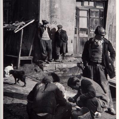 Ara Güler, Kalafat yerinde iş bekleyen hamallar, Galata, 1958, 63 x 44 cm.