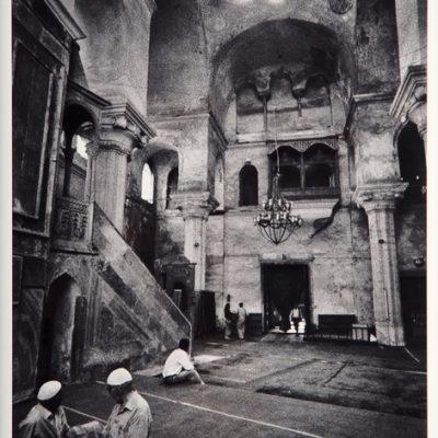 Ara Güler, Zeyrek Camisi'nde (Pantokrator Kilisesi) iç görünüş, 1980, 63 x 44 cm.