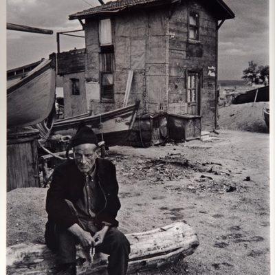 Ara Güler, Büyükdere'de bir balıkçı ve kulübesi, 1962, 63 x 44 cm.