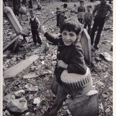 Ara Güler, Eyüp civarındaki eski mezarlıklarda oynayan çocuklar, 1962, 63 x 44 cm.