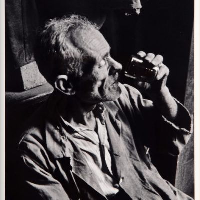 Ara Güler, Galata'daki eski bir handa su içen ihtiyar işçi, 1950, Fotoğraf, 63 x 44 cm.