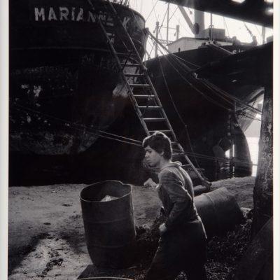 Ara Güler, Kalafat yerinde işçi çocuk, 1976, Fotoğraf, 63 x 44 cm.