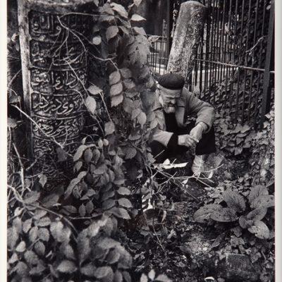 Ara Güler, Merkezefendi mezarlığında oturan ihtiyar, 1962, 63 x 44 cm.